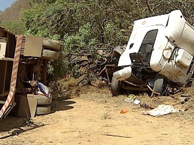 Motorista fica ferido após perder controle de caminhão na BR-365, MG