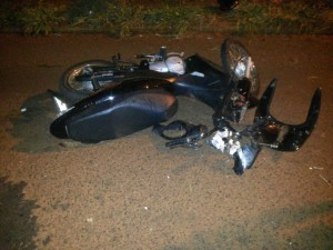 Honda Biz que a jovem conduzia ficou bastante danificada