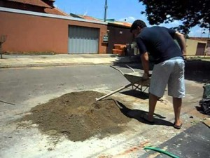 Multa para quem usar via pública para fazer massa de concreto em Ituiutaba