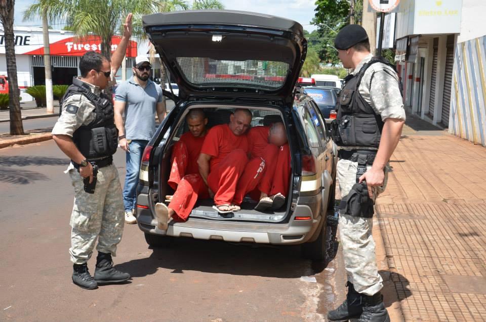 Dois empresários e um técnico de segurança chegam à delegacia em um carro da PM / Foto: Jornal Hoje Ituiutaba