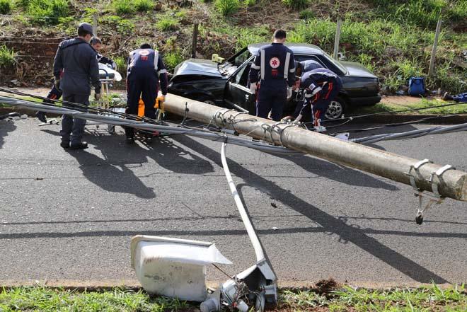 O Monza, de cor preta, seguia pela avenida, sentido bairro/centro, e colidiu com um poste, que ficou caído na via. / Foto: Enerson Cleiton