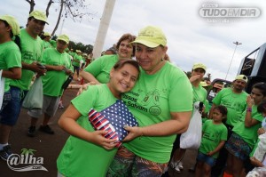 Maria Clara recebe o tablet que ganhou no sorteio realizado após a caminhada das mãos de Zélia, uma das integrantes da AVCCC