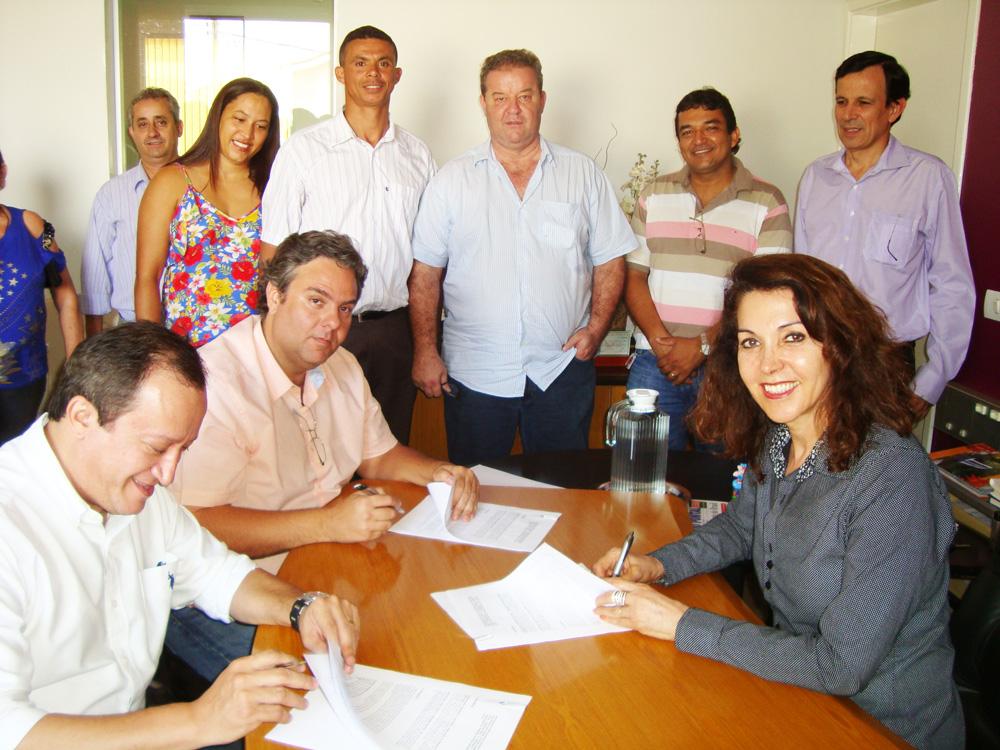 Prefeita Dinair Isaac diz, no momento de assinatura do contrato da construtora, que Deus está abençoando Capinópolis com mais uma grande conquista