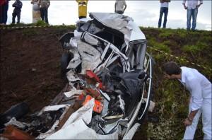 Colisão entre veiculo de passeio e caminhão na BR 365 deixa dois mortos