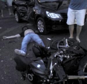 Motociclista ficou ferido no chão / reprodução