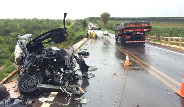 Veículos ficaram destruídos no acidente na BR-365 (Foto: Diogo Machado)