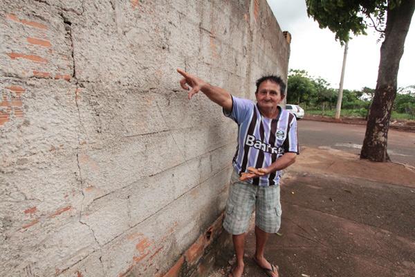 Francisco de Araújo Neto contou que o impacto da detonação chegou a abrir trincas no muro de sua casa no bairro Guarani (Foto: Marcos Ribeiro)