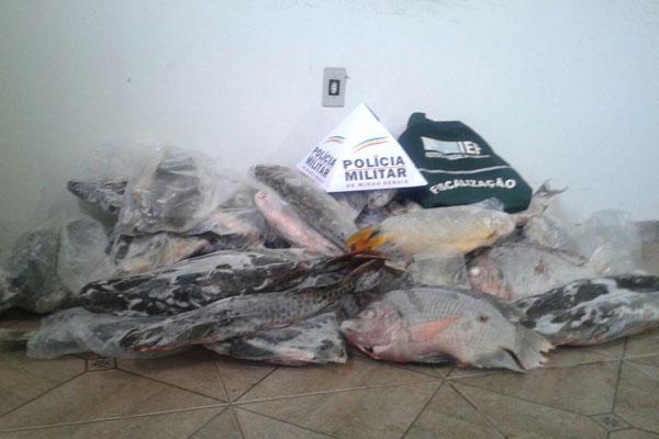 Pescado foi encontrado nos fundos de uma oficina mecânica no bairro Roosevelt (Foto: Polícia Ambiental/MG)