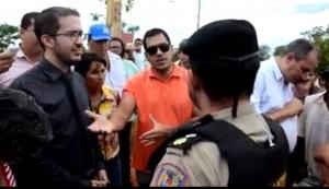 Wanderson Rodrigues e o advogado André Janones conversam com o Major Fialho no local