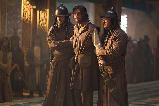 Lorenzo Richelmy (ao centro), que vive o explorador Marco Polo