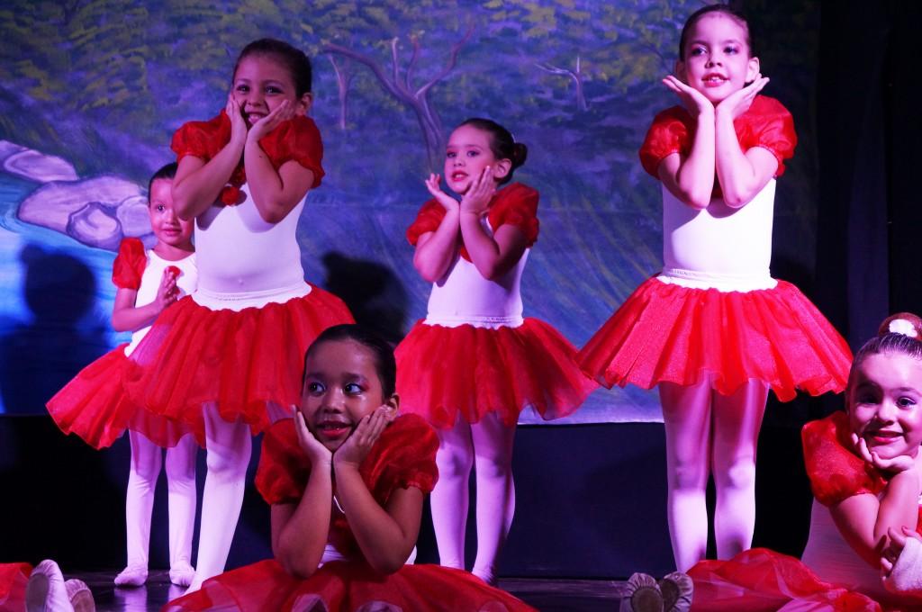 Alunas durante a apresentação de balé