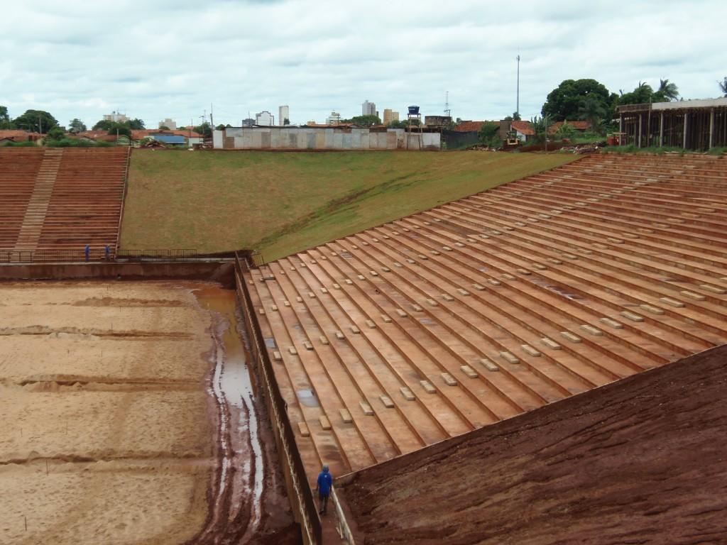 Áreas livres entre arquibancadas do Estádio Municipal Julia do Prado recebem grama