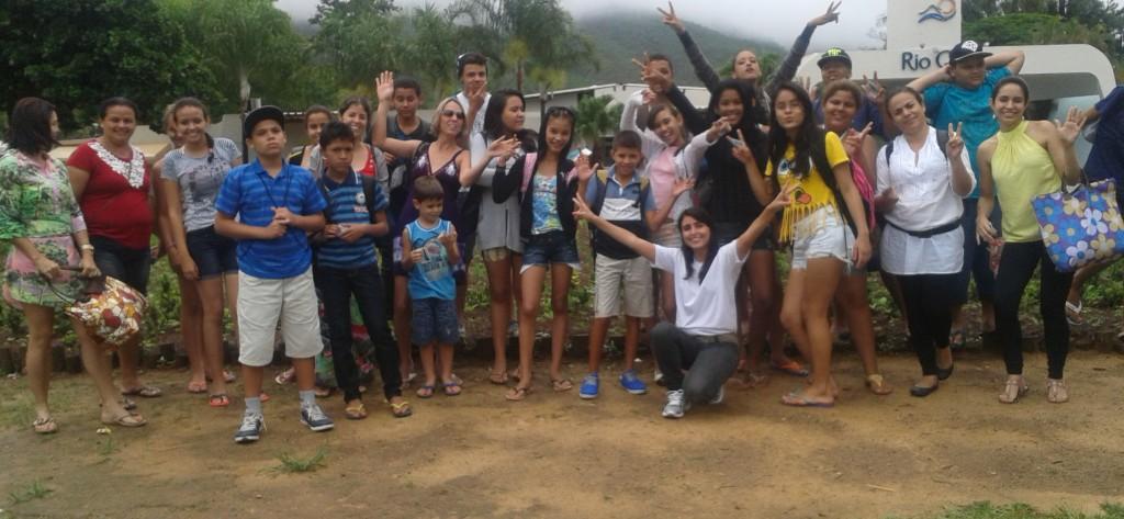 """Integrantes do programa """"Talento Jovem"""" fazem excursão ao Hot Park"""