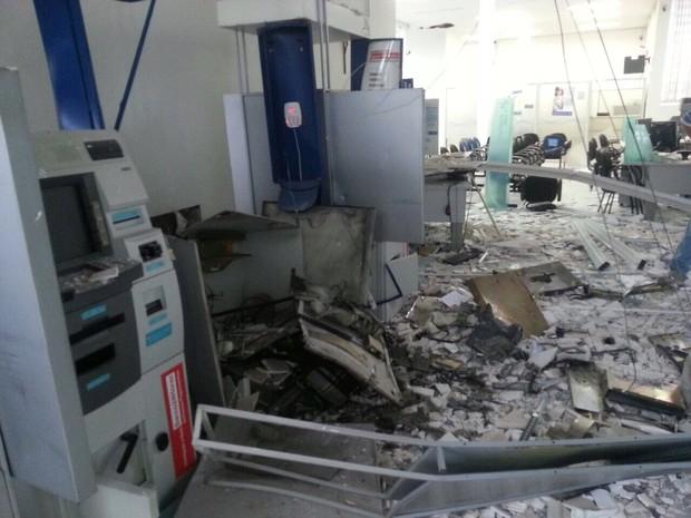 Caixa eletrônico ficou destruído após ação dos criminosos (Foto: Site Dia News/ Divulgação)