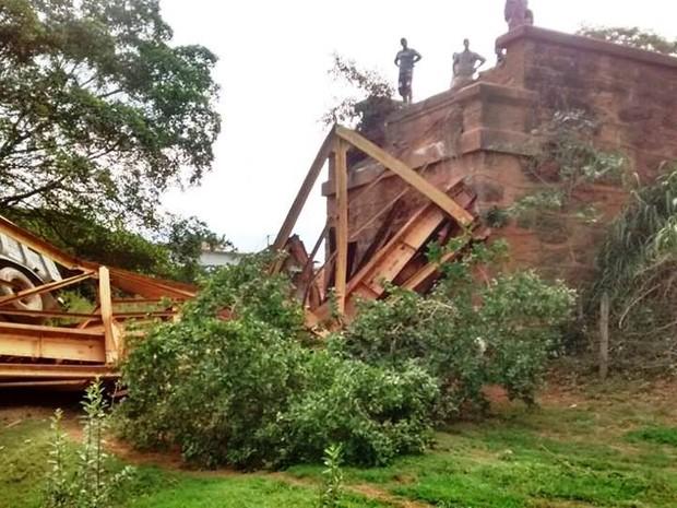 Parte da ponte cedeu durante passagem de carreta (Foto: Lagoa da Prata.com/Reprodução)