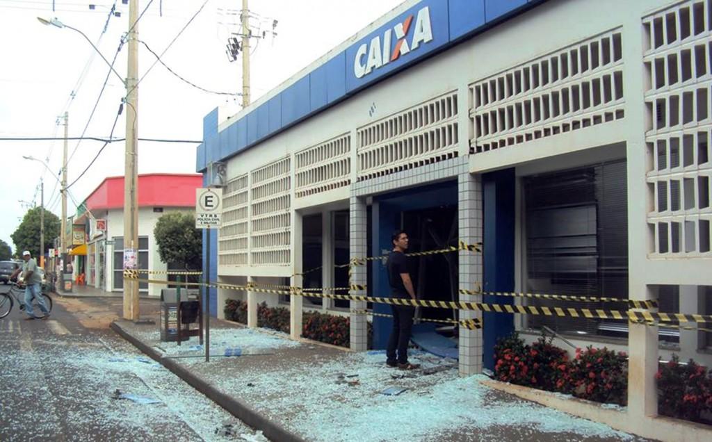 Agência da Caixa é explodida por criminosos em Campina Verde