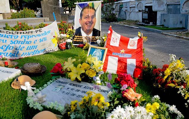 Túmulo de Eduardo Campos recebe flores neste Dia de Finados.