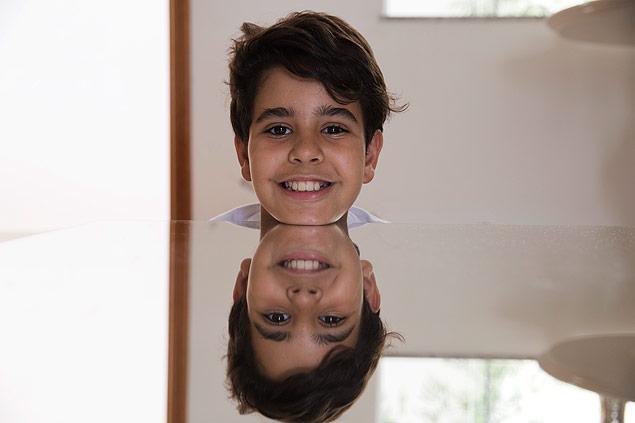 Vitor Vasconcellos, 10, que teve a polpa de seu dente de leite congelada para tratar doenças no futuro / Lalo de Almeida/Folhapress