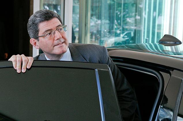 Joaquim Levy deixando o Ministério da Fazenda para se encontrar com a presidente Dilma Rousseff