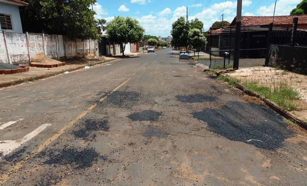 Ruas e avenidas de Ituiutaba continuam recebendo manutenção