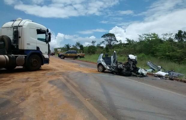 Carro ficou completamente destruído após a colisão; 5 pessoas morreram (Foto: Divulgação/ PRF)