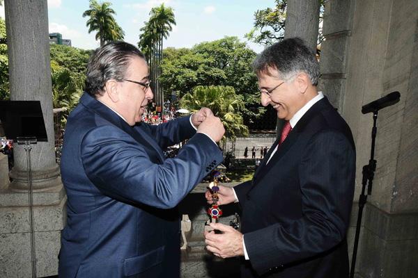 Fernando Pimentel recebeu das mãos de Alberto Pinto Coelho o Grande Colar da Inconfidência (Foto: Carlos Alberto/Imprensa MG)