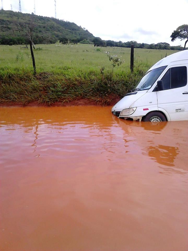 Veículo ficou atolado na estrada rural que liga a MGT-154 às Três Vendas nesta sexta-feira (20)