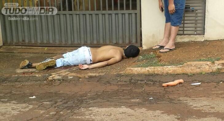 Jovem ficou caído na calçada