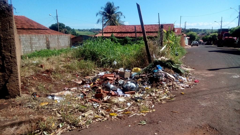 lixo acumulado pelos moradores da região do bairro São João