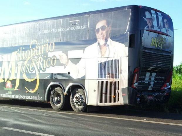 Ônibus foi atingido na traseira por caminhão (Foto: Giliardy Freitas/TV TEM)