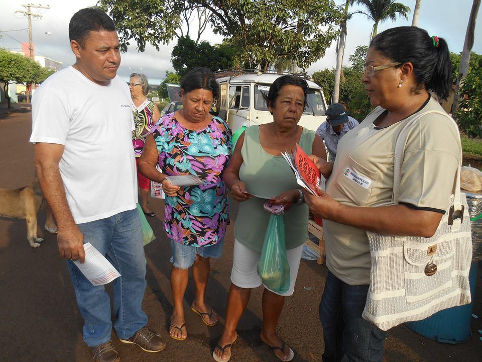 (direita da foto) Amélia orienta moradores no combate à dengue