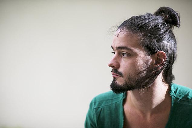 O bancario Guilherme Torcioni Nunes, 25, que usa coque no dia-a-dia para prender os cabelos / Foto: Fábio Braga