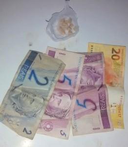 Droga e dinheiro foram apreendidos