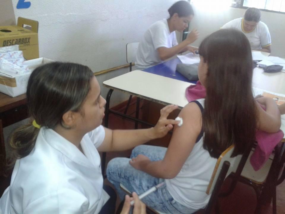 Aluna recebe vacina contra o HPV na escola Higino Guerra