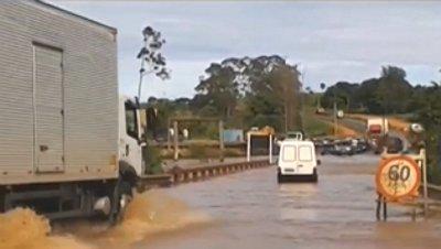 Caso rio demore a baixar será preciso interditar outros quilômetros, diz PRF. Paralisação é entre as cidades de Ituiutaba e Monte Alegre de Minas.