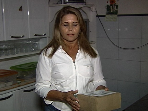 Miriam mostrou a caixa que recebeu e quer uma solução para a situação  (Foto: Reprodução/TV Integração)