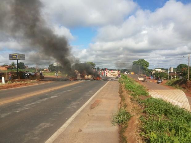 Manifestantes usaram pneus incendiados e blocos de concreto para bloquear a rodovia perto de Monte Alegre de Minas (Foto: Marcelo Honorato/G1)