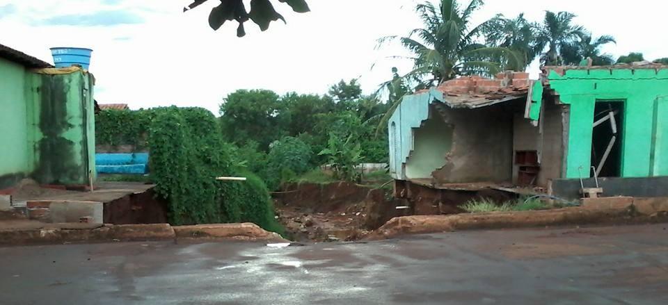 Parte de uma das casas já foi levada pelas fortes chuvas