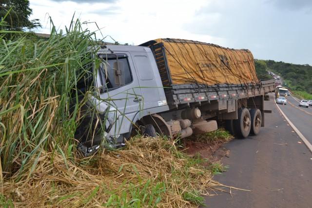 Caminhão chocou-se contra o veículo de passeio - Chovia durante o acidente