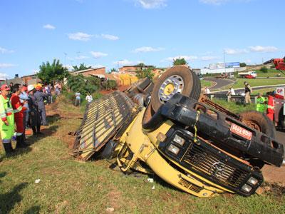 caminhão tomba em uberada