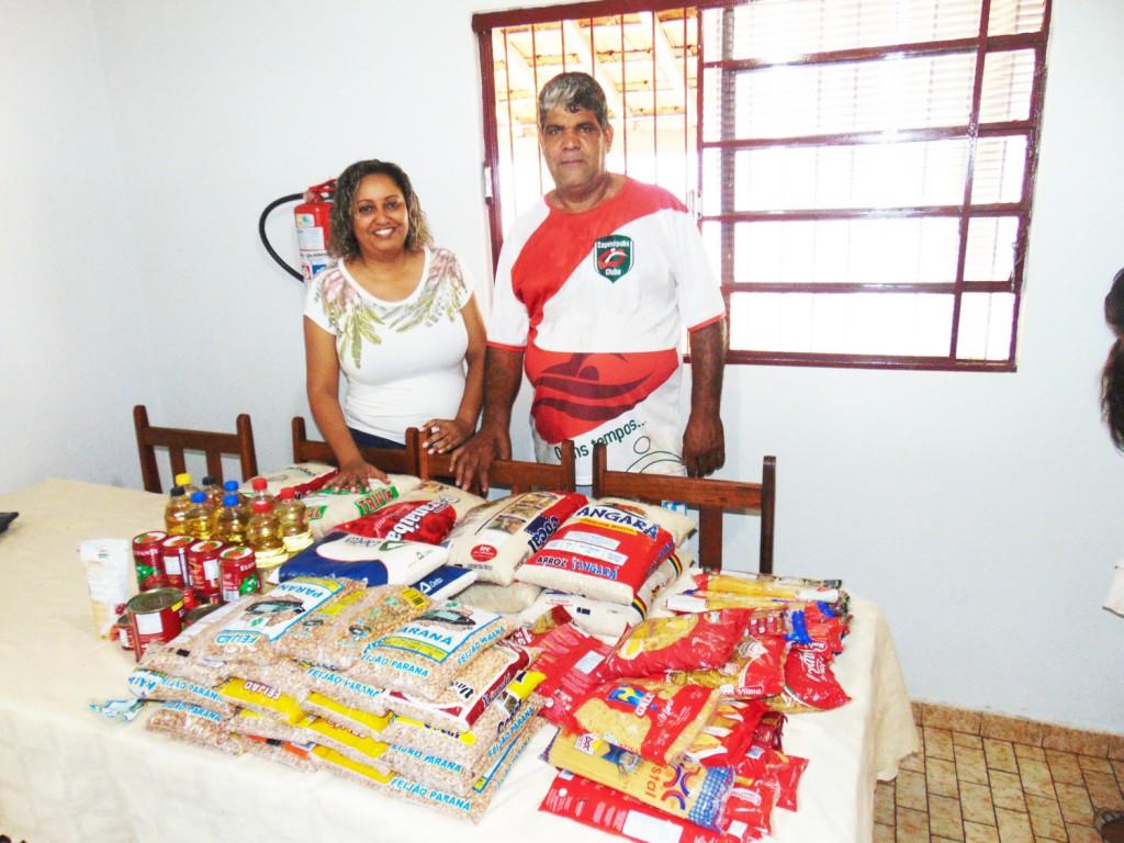 Miramar Mendes, presidente da Casa Lar Menino Jesus, recebe a doação de alimentos de José Eurípedes