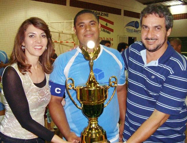 Prefeita Dinair Isaac  e o vice-prefeito Jorginho (esq) entregam troféu à esportista / arquivo