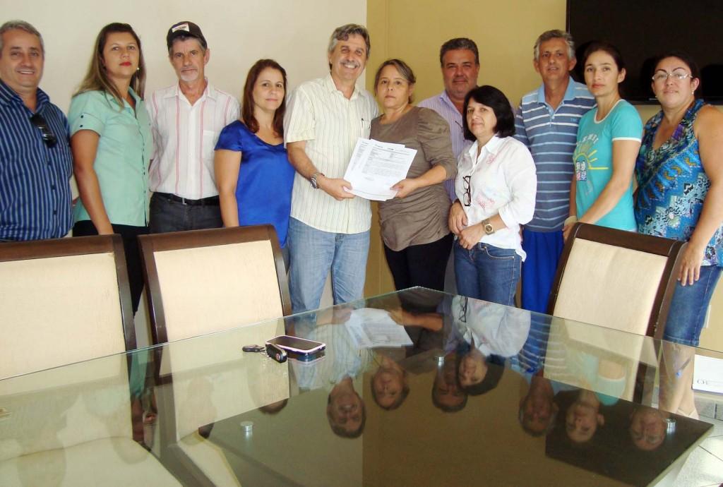 EAGE entrega relatório de ocorrências ao prefeito de Canápolis Diógenes Roberto