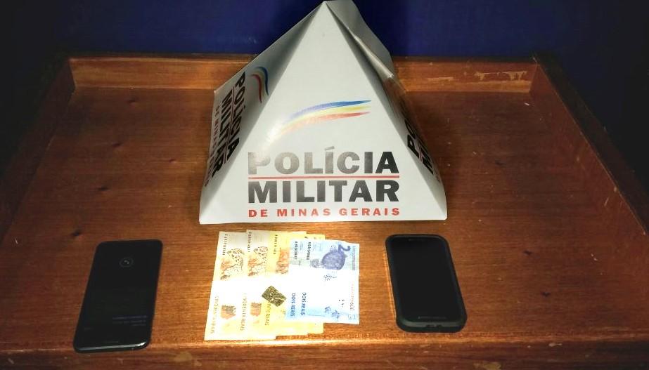 Porção de maconha, dinheiro e dois aparelhos celulares foram apreendidos