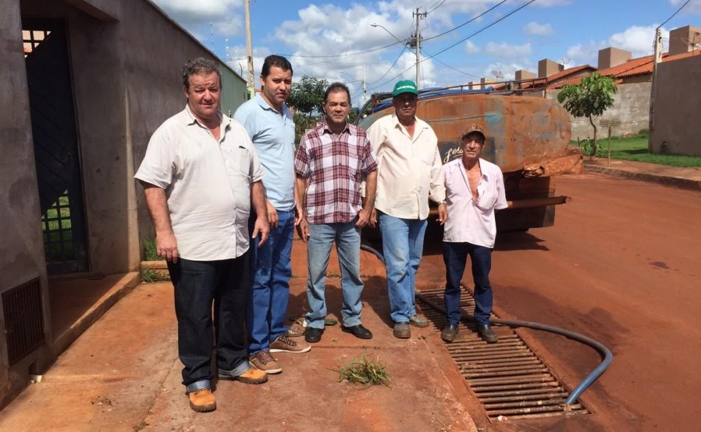 Vereador Caetano Neto e Paulo Amaral acompanharam a equipe da secretaria de obras