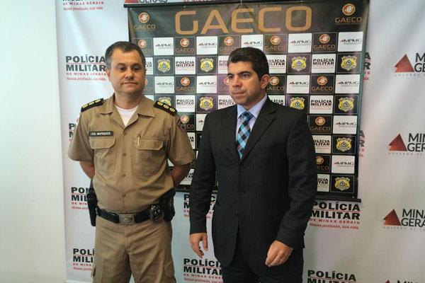 O comandante da Polícia Militar e promotor do Gaeco apresentam balanço parcial da operação da Operação TNT (Foto: Diogo Machado)