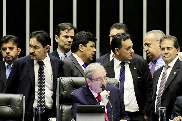 O deputado Eduardo Cunha (PMDB-RJ), de gravata vermelha, preside sessão na Câmara