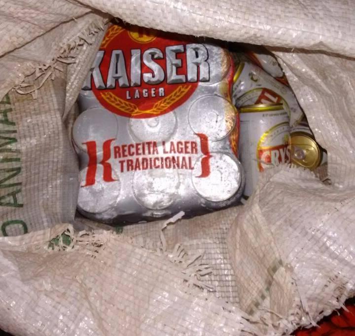 O suspeito colocou as caixas de cerveja em um saco