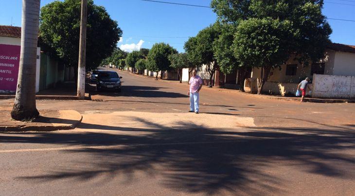 Paulo Amaral, presidente da Câmara Municipal, fiscaliza a obra que ampliou a entrada da avenida 109