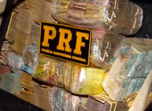Carro com R$ 1 milhão em dinheiro é abordado por Polícia Rodoviária na BR-365